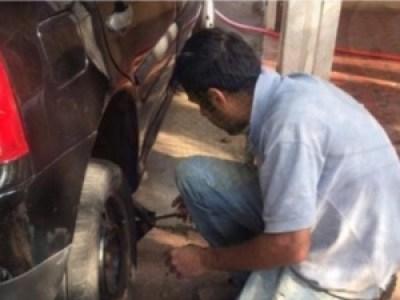 Homem troca pneu do carro de Mariana Forti Bazza - Arquivo pessoal