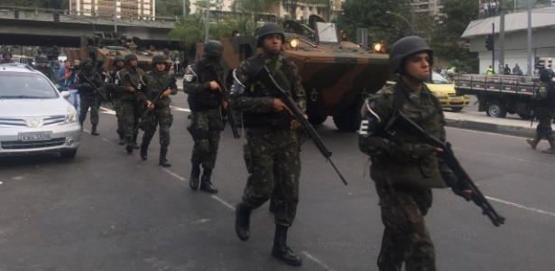 militares-chegam-a-rocinha-1506111678243_615x300 Exército cerca Rocinha para conter guerra de traficantes no Rio