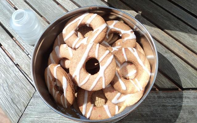 Rosquillas de cereixas confeitadas