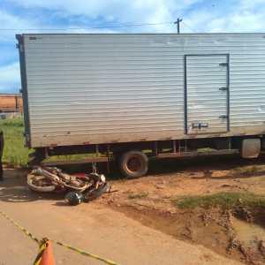 Vendedor de rapadura morre após moto colidir contra caminhão em Rio Branco