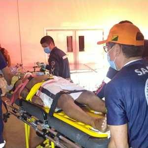 Motociclista é jogado por 15 metros ao ser atingido por carro; populares impediram fuga do motorista
