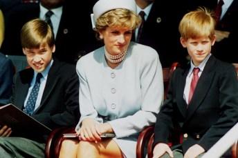 A Princesa Diana (1961-1997) entre os filhos, Príncipe William e Príncipe Harry, em um evento realizado em Londres em maio de 1995 [Foto: Getty Images