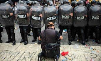 Policiamento está reforçado no entorno do palácio presidencial da Argentina, a Casa Rosada, na capital Buenos Aires [Foto: Ronaldo Shcemidt/AFP]
