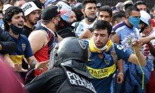 Torcedores de Diego Maradona discutem com a polícia para entrar na Casa do Governo para homenagear a falecida lenda do futebol Diego Armando Maradona em Buenos Aires [Foto: Alejandro Pagni/AFP]