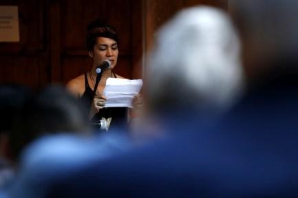 Mayra Oyuela durante la lectura realizada en Casa Galeano de Gracias, Lempira.