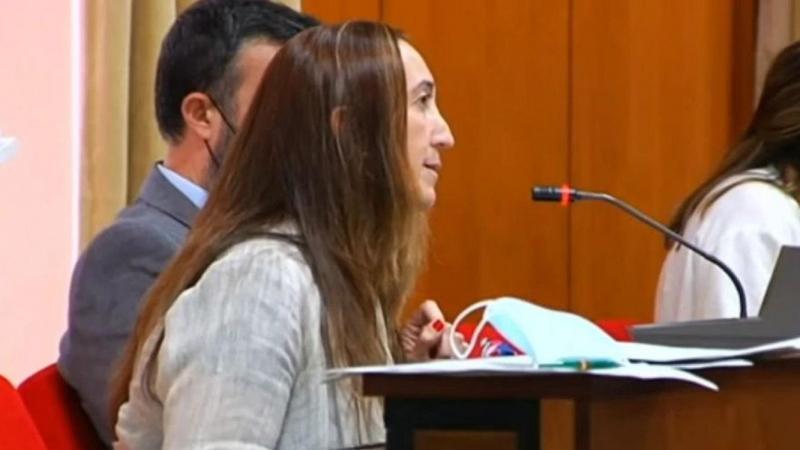 La portavoz de Vox en Córdoba, Paula Badanelli, reza un Ave María contra el aborto en el Pleno del Ayuntamiento