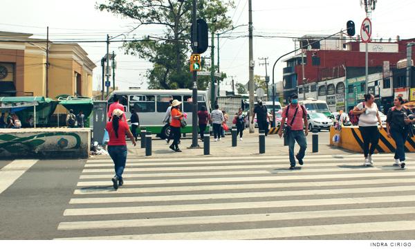 Cruce peatonal con semáforo verde para peatones