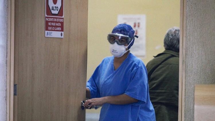 Enfermera con mascarilla atiende pa cientes con covid-19 en México