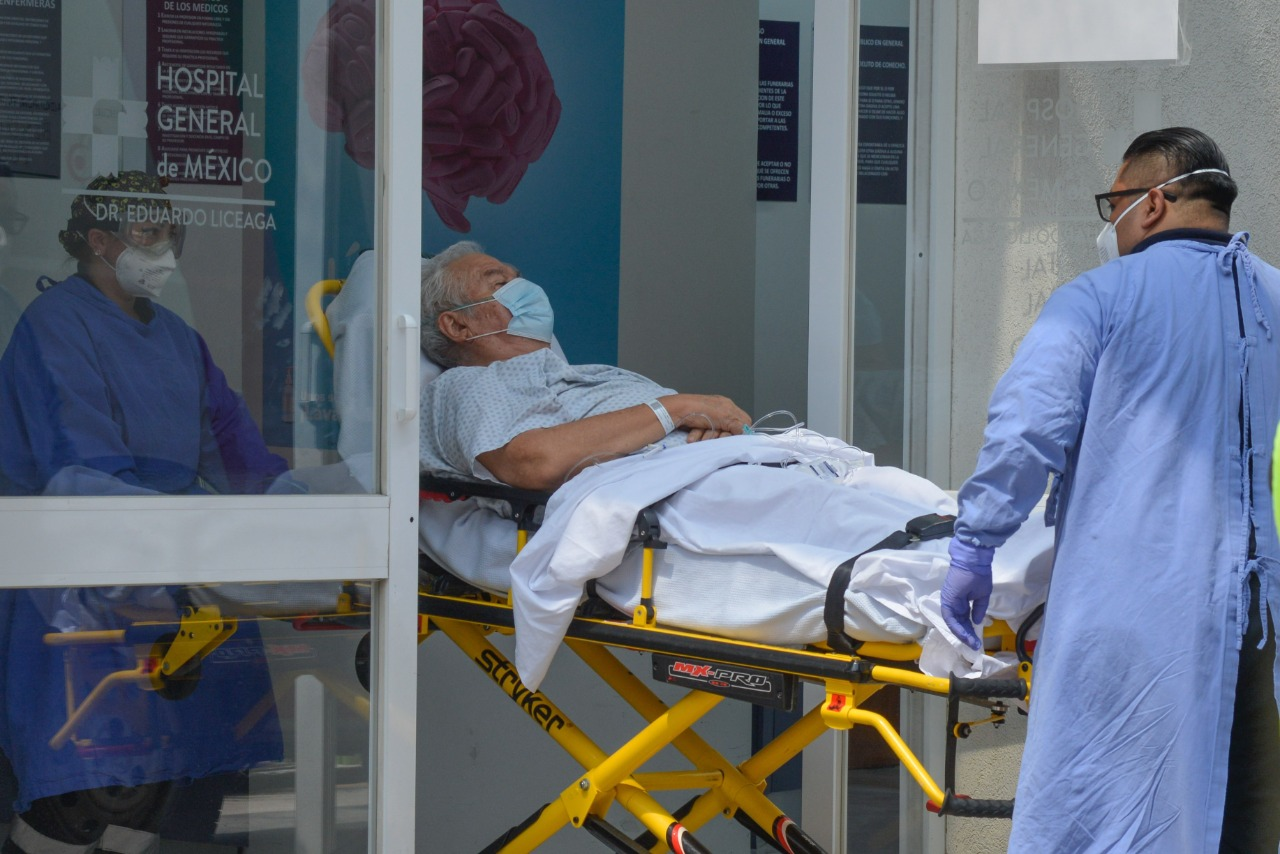 Un adulto mayor entra en el hopital del Instituto Mexicano del Seguro Social (IMSS) en camilla