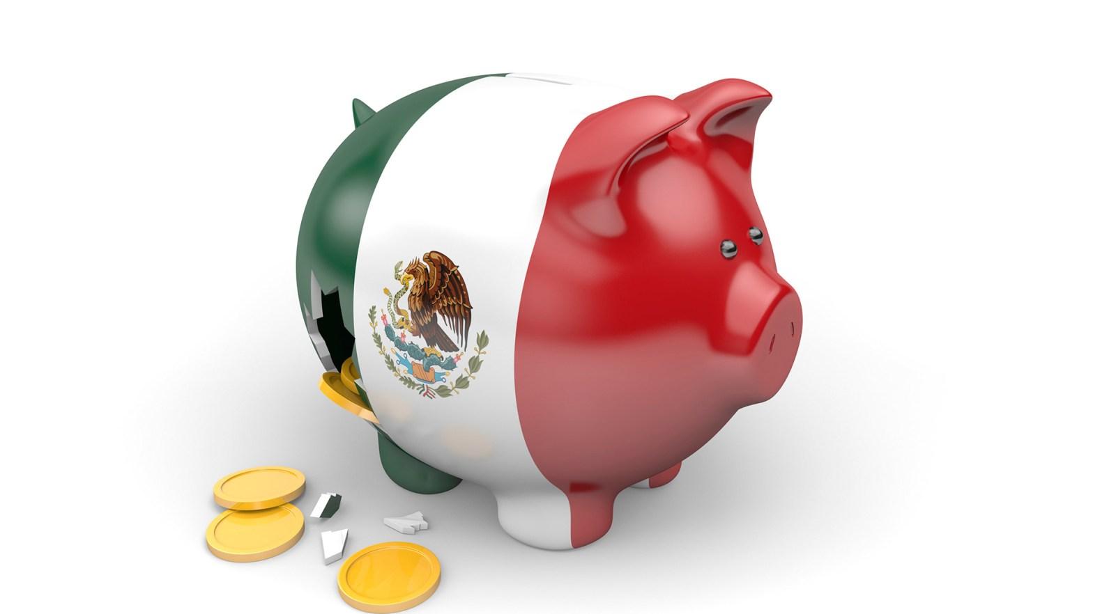 Una alcancía en forma de cochinito con la bandera de mexico impresa