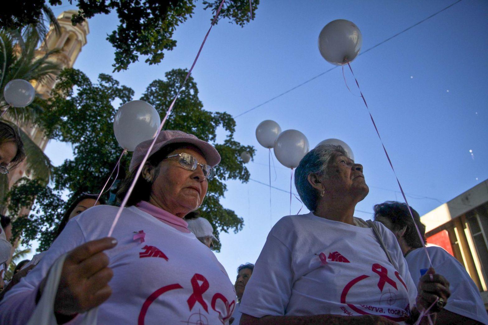Mujeres manifestándose por el cáncer de mamas