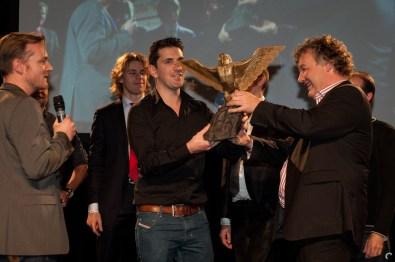 GOC-directeur Henk Vermeulen overhandigt de award voor Best Visual Design