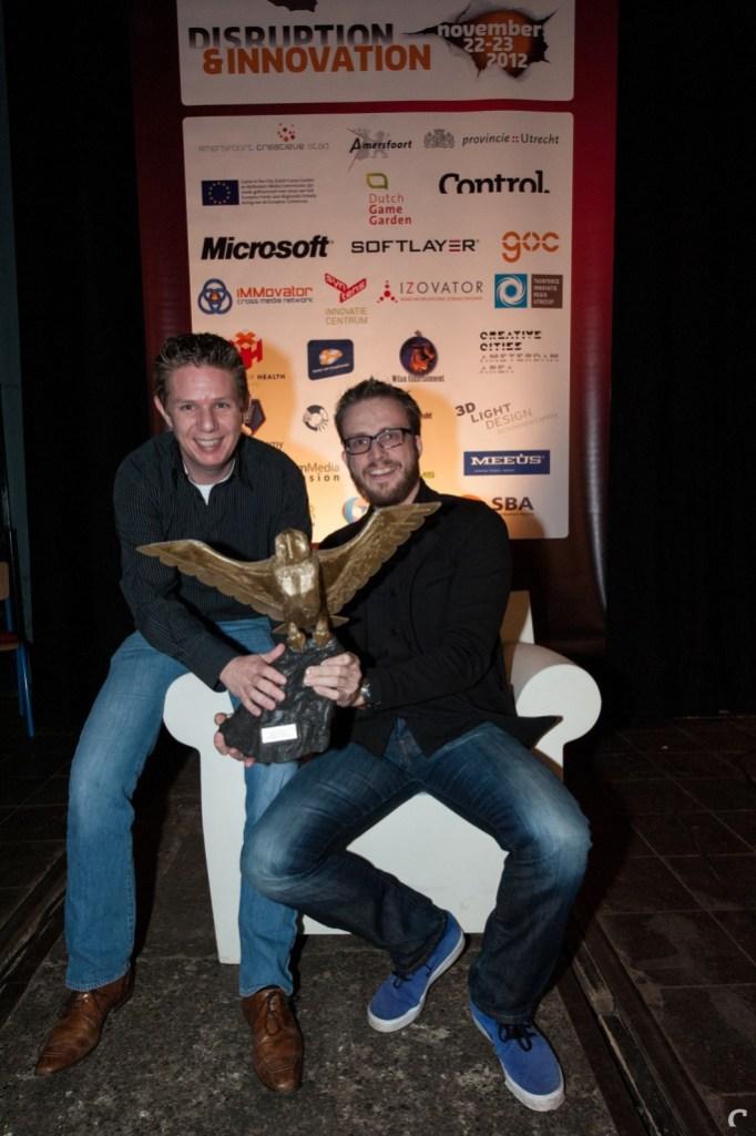 Xform'ers Diederik Groesbeek en Pieter Albers met hun Dutch Game Award