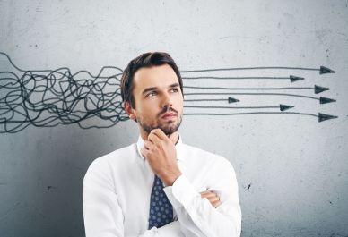 Persona pensando y decidiendo