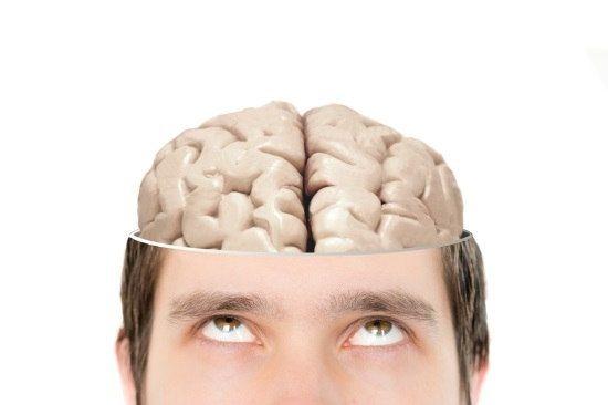 Persona mirando hacia su cerebro que se ve, simbolizando que hay que utilizarlo