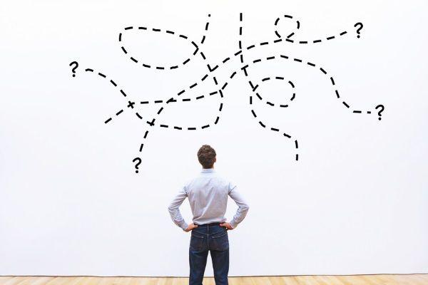 un persona mirando un panel en blanco con varias opciones