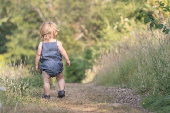 Niña caminado por un nuevo camino