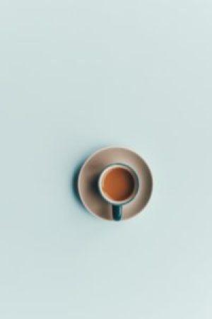 Café sobre fondo liso