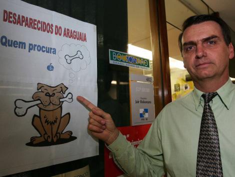 """Cuando era Diputado Federal por el PP-R Jair Bolsonaro colocó este cartel en la puerta de su despacho oficial. """"Quien busca huesos, es un perro"""" Refiriéndose a los que buscaban los restos de desaparecidos durante la dictadura brasileña en Araguaia."""