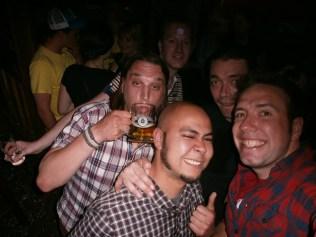 Friso, Joris, Glenn, Yvo en Dimitri bier drinken in Dusseldorf