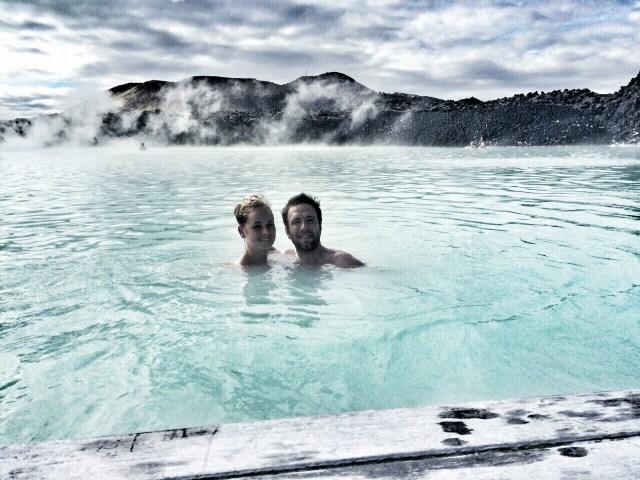 In een warmwaterbron in IJsland chillen