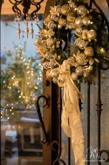 Adorable Gold Christmas Decoration Ideas 46