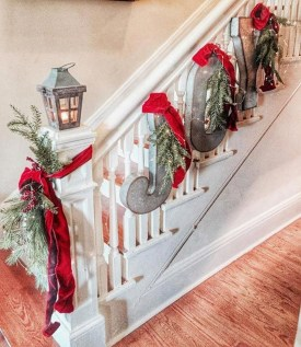 Beautiful Christmas Stairs Decoration Ideas 05