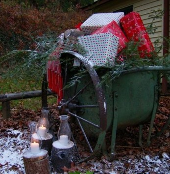 Cozy Rustic Outdoor Christmas Decor Ideas 07