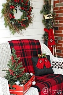 Cozy Rustic Outdoor Christmas Decor Ideas 28