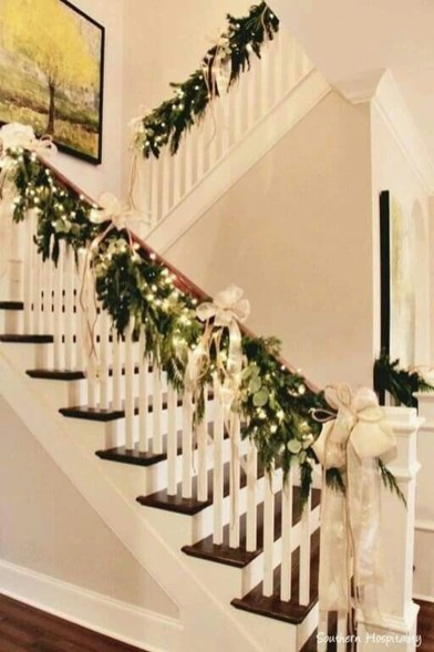 Gorgeous Ways To Decorate Your Stairs In This Christmas Ideas 05