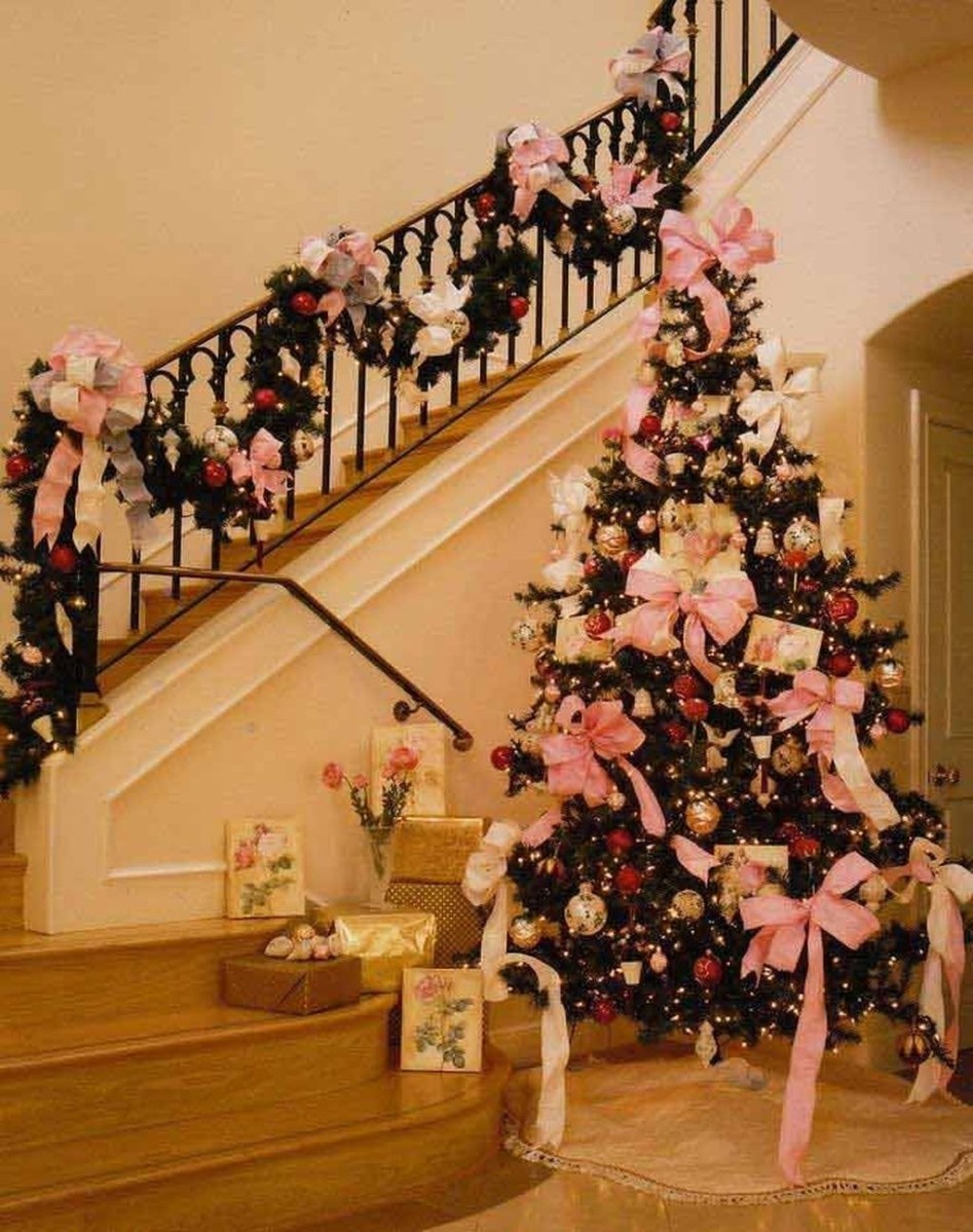 Gorgeous Ways To Decorate Your Stairs In This Christmas Ideas 14