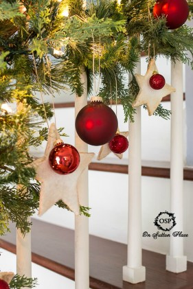 Gorgeous Ways To Decorate Your Stairs In This Christmas Ideas 51