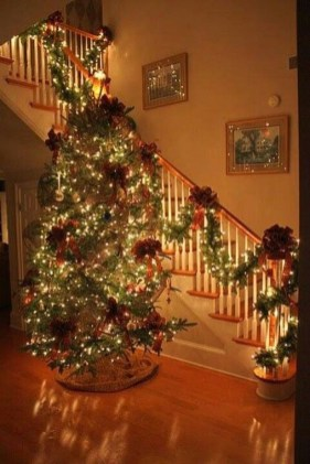 Gorgeous Ways To Decorate Your Stairs In This Christmas Ideas 52