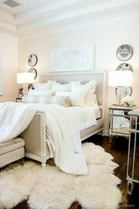 Pretty Farmhouse Master Bedroom Decorating Ideas 11