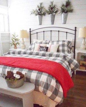 Pretty Farmhouse Master Bedroom Decorating Ideas 49