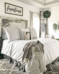 Pretty Farmhouse Master Bedroom Decorating Ideas 54