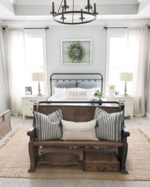 Pretty Farmhouse Master Bedroom Decorating Ideas 57