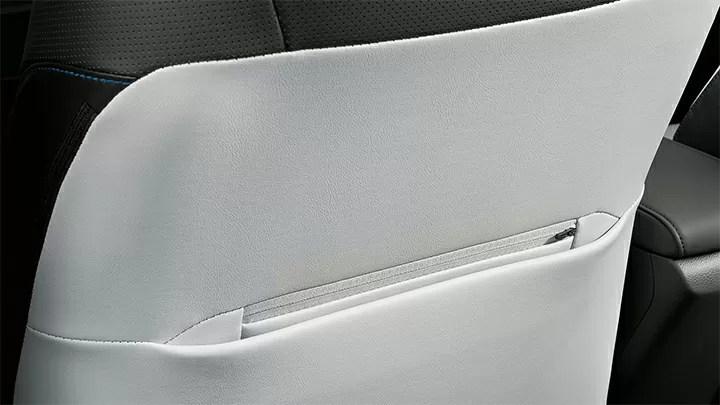 新型プリウス後部座席