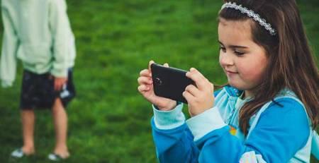 bambina vede smartphone