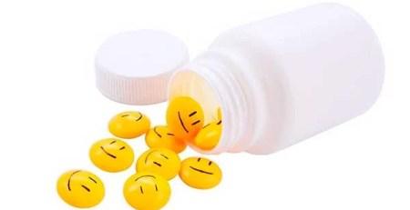 boccetta bianca svuota pillole gialle disegno emoji smile