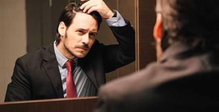 signore giacca cravatta specchi toccare capelli