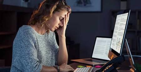 donna computer mani fronte stress