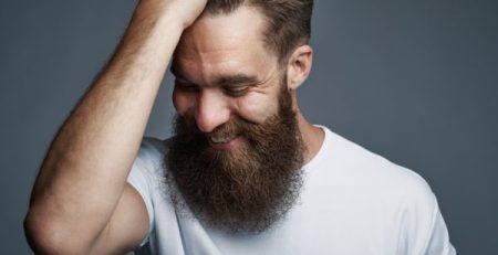 uomo stringe capelli lunga barba