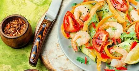 piatto insalata verdura fresca tagliere