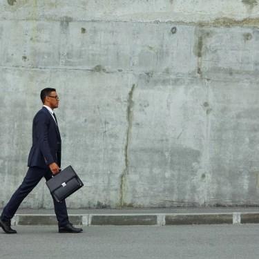 uomo lavora cammina città
