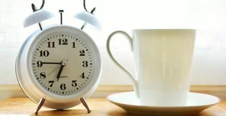 tazzina bianca caffè sveglia