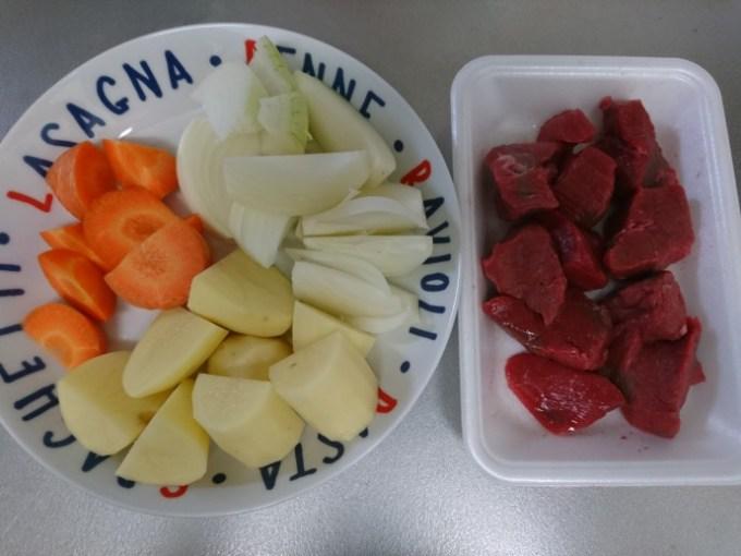 クックフォーミーでビーフシチューを作るための材料(にんじん、玉ねぎ、じゃがいも、牛肉)