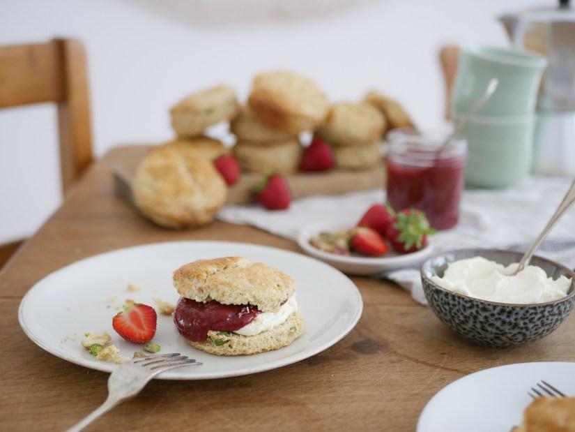Internationale dag van de koffie: scones met pistachenoten en witte chocolade met aardbeienjam || cooked by Renske