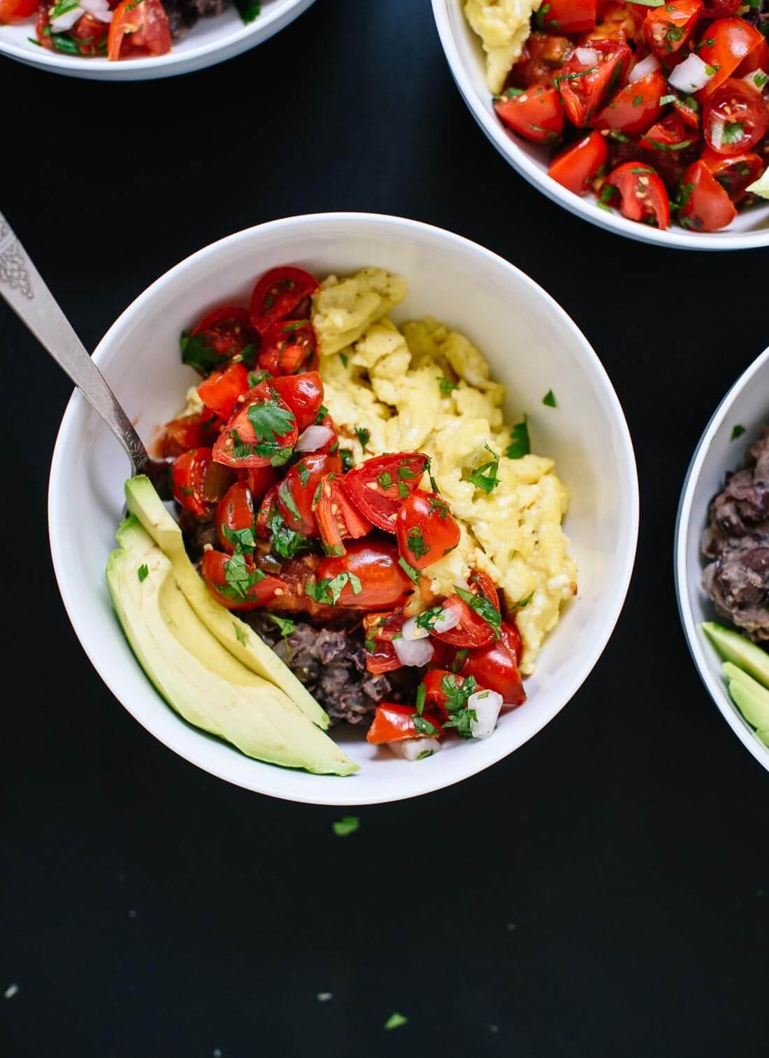 proteine e fibre con fagioli, pomodorini e uova