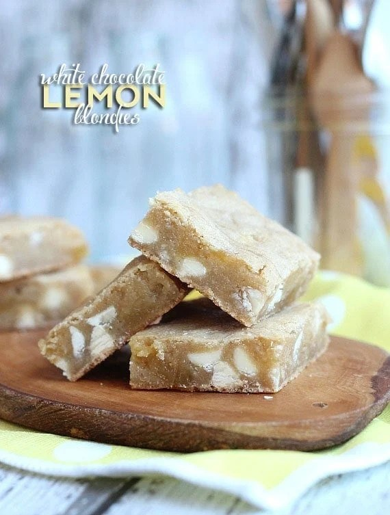 White Chocolate Lemon Blondies | www.cookiesandcups.com | #blondies #whitechocolate #lemon